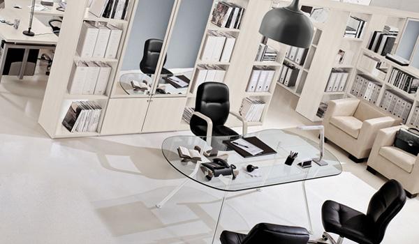 Arreda il tuo ufficio da Brazzorotto: tavolo in vetro temperato sedia in ecopelle con poggia braccia e armadio da ufficio