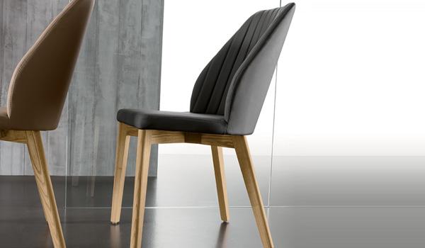 Sedie in legno e rivestimento in ecopelle: arredamento per la casa e per l'ufficio