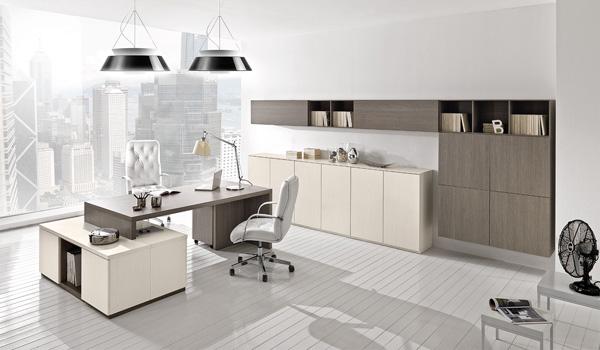 Scrivania da ufficio, sedie in eco pelle, mobile in tonalità beige e marrone