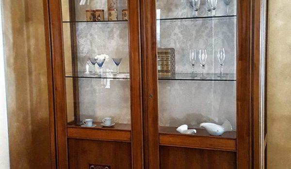 Arredamento classico per la casa: vetrina in noce con decoro. Ultimo pezzo in offerta presso lo showroom arredamento di Mobili Brazzorotto